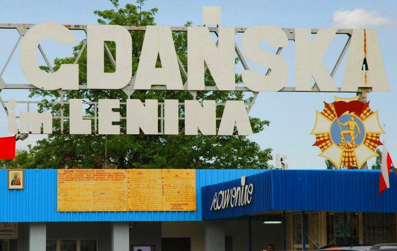 """Usunięty napis """"im. Lenina"""" znad gdańskiej stoczni wciąż wzbudza wielkie emocje. (Fot. Gazeta Bałtycka)"""
