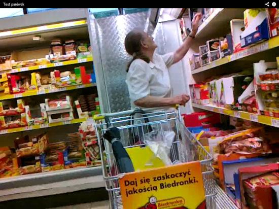 Wahadełkiem sprawdza jakość towaru - nietypowa klientka Biedronki
