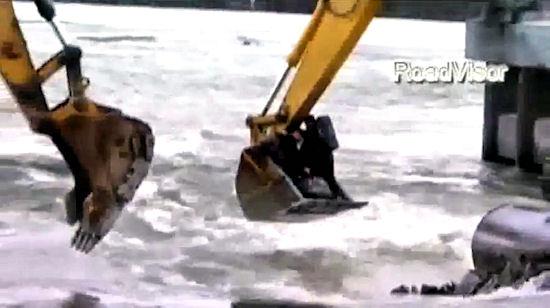 Przekraczanie rzeki w Rosji. Z pomocą... koparek