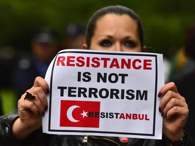 Bitwy z policją, gaz pieprzowy na ulicach, to codzienność w stolicy Turcji. My pytamy, o co tu chodzi?