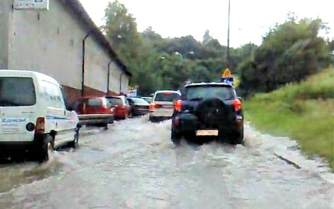 Znów zalany Gdańsk. Władze miasta zrzucają winę na... plastikowe reklamówki