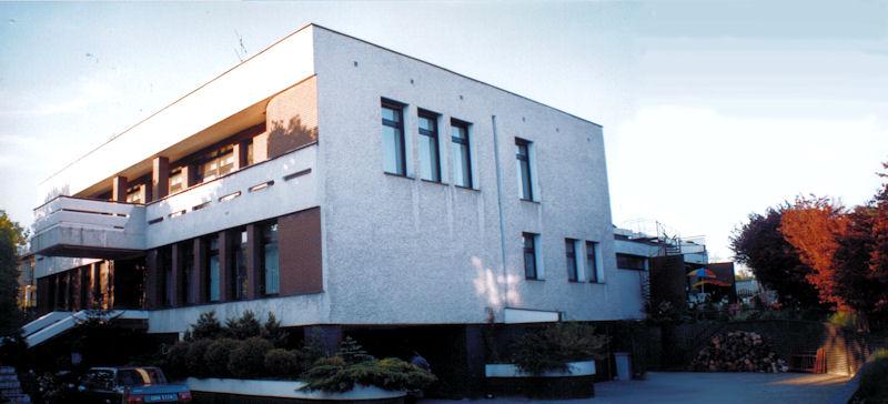 Janusz Leksztoń około 2000 roku zamieszkiwał w dużej, luksusowej, chronionej rezydencji, w ekskluzywnej dzielnicy Gdyni.