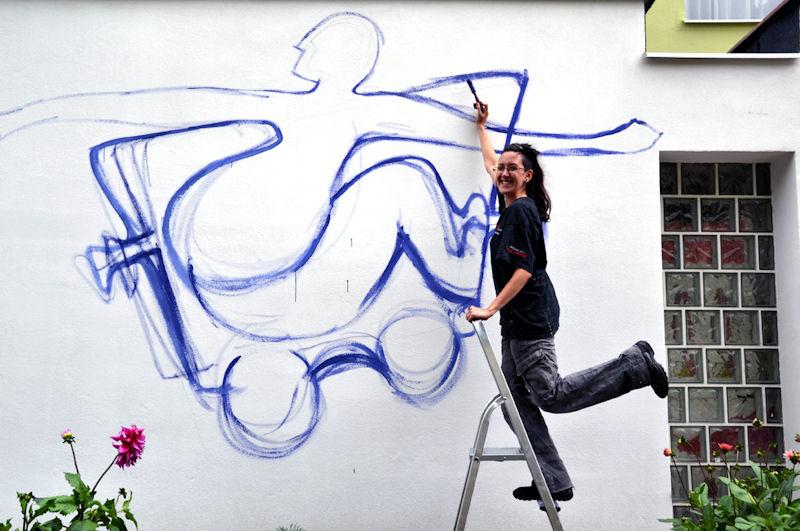Studenci malują wiatrołapy przy bloku nr 5 na ul. Dywizjonu 303