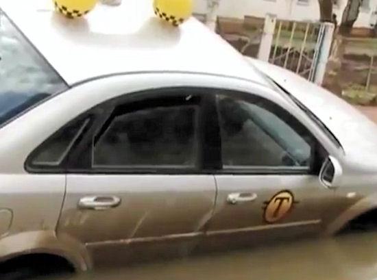 Gigantyczna dziura w jezdni! Uwaga, bo można się utopić