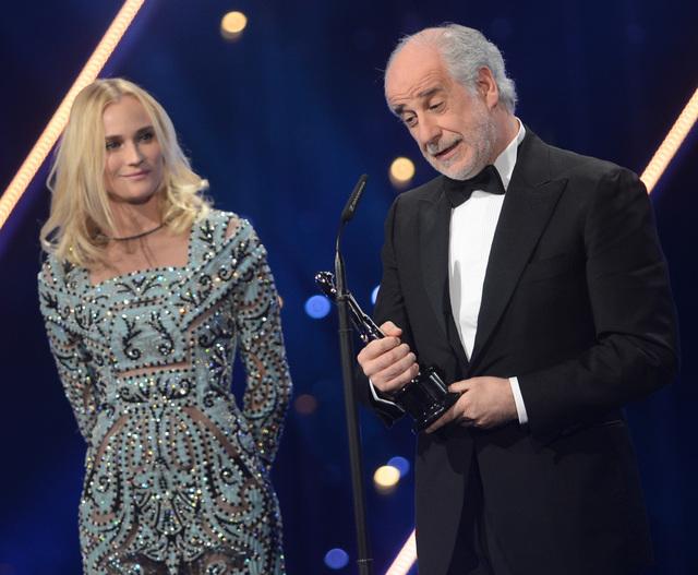 """Aktor Toni Servillo, (na  prawo, z Włoch otrzymuje nagrodę """" Najlepszy Aktor 2013 r. """" od niemieckiej aktorki  Diane Kruger (po lewej) (AP Photo/dpa, Britta Pedersen)"""