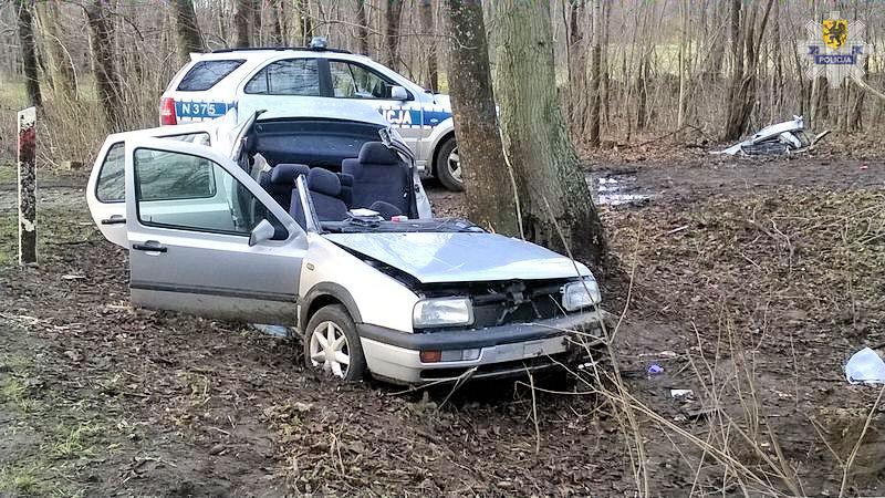 Tak mocno uderzył autem w drzewo, że oderwał dach