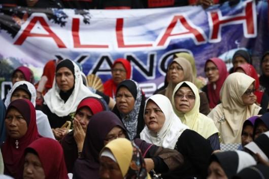 Mimo poniedziałkowego wyroku sądu, muzułmanki protestowały z transparentem domagającym się użycia słowa Allah wyłacznie w ich religii